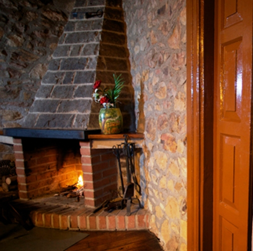 Imagen que muestra por un lado la chimenea y una habitación de la casona I