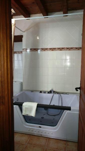 Imagen que muestra un detalle de las cortinas de una habitación de la casona II