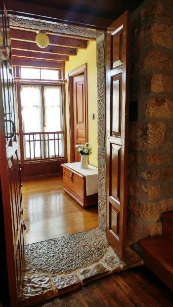 Imagen que muestra el pasillo decorado de la casona I