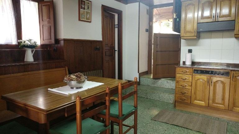 Imagen que muestra el salón de la Casona I desde las escaleras